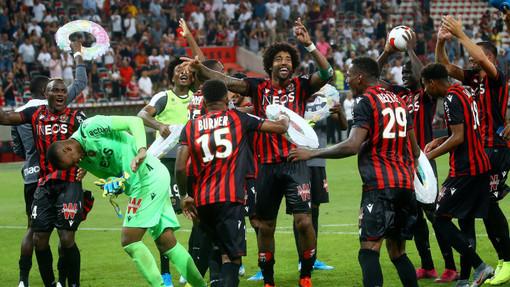 I festeggiamenti del Nizza dopo la vittoria sull'Amiens (foto tratta dal sito dell'OGC Nice)