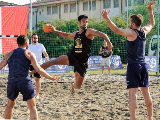 Alessio D'Attis in azione con la maglia della Pallamano Ventimiglia