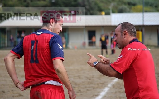 Carmelo Luci, allenatore del Camporosso, a colloquio con suo giocatore