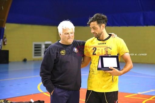 D'Attis premiato sabato scorso dal CT della Nazionale di Beach Handball Vincenzo Malatino (foto Eugenio Conte)