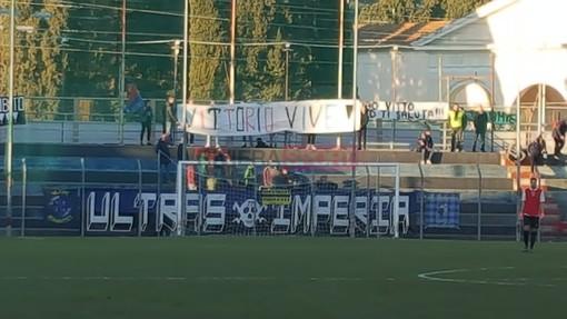 Lo striscione dei tifosi dell'Imperia per Vittorio Bobbone (foto Christian Flammia)
