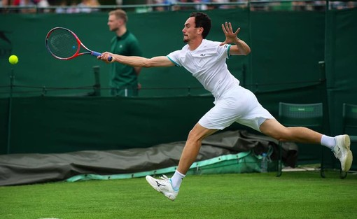 Il sanremese Gianluca Mager in azione sull'erba di Wimbledon (foto tratta dalla Pagina Facebook ufficiale del Tennis Sanremo)