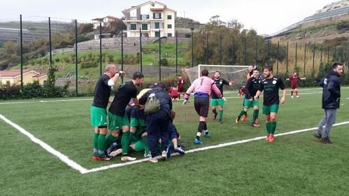 Matteo Anfosso festeggiato dopo il suo gol con la maglia della Sanstevese contro il Celle Ligure due stagioni fa