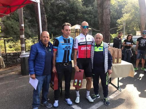 Nella foto, i due fratelli Lanzo dirigenti della Ciclistica Bordighera, e due dei protagonisti della gara