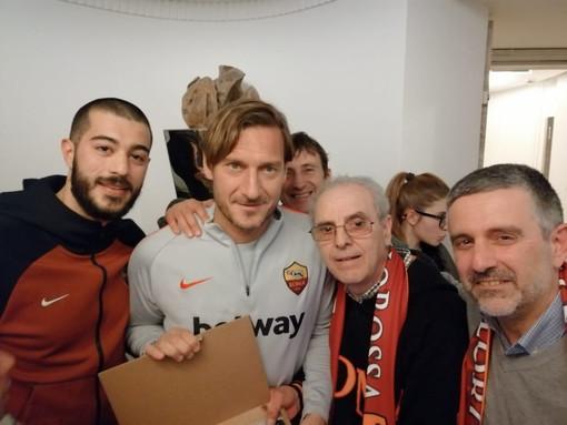 I rappresentanti del Roma Club Imperia con Francesco Totti