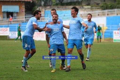 Marco Spinosa festeggia una rete con la maglia della Sanremese: il centrocampista resta in biancoazzurro
