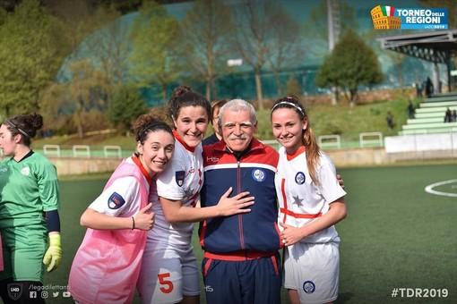 Ugo Maggi insieme alle ragazze della Rappresentativa Liguria (foto LND)