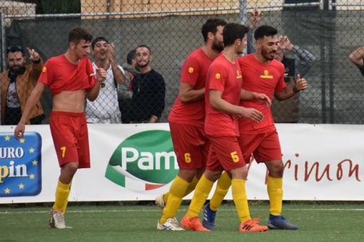 Armando Miceli festeggiato dai compagni di squadra dopo la sua rete