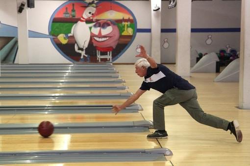 Il veterano Giuseppe Ippolito in azione sulla pista di Bowling a Diano Marina