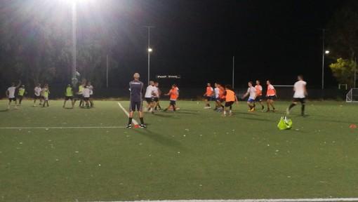 Nunzio Barillà osserva i suoi ragazzi in allenamento: l'esordio nel campionato di Prima Categoria vedrà i neroazzurri sfidare in casa il Quiliano&Valleggia
