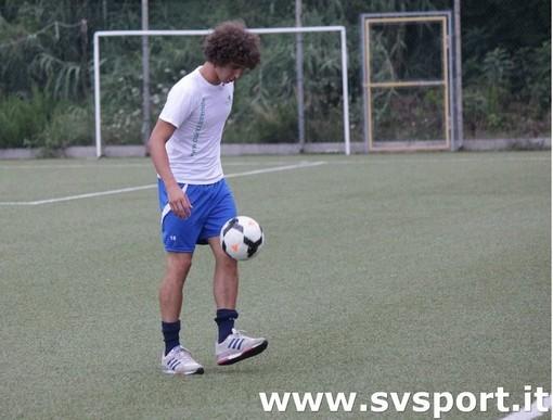 Capra e il suo pallone, mentre attende le mosse dei club