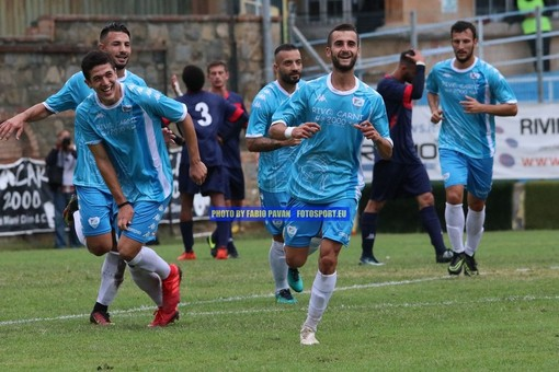 Filippo Scalzi festeggia una rete con la maglia della Sanremese