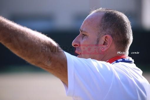 Carmelo Luci, allenatore del Camporosso, indica la strada ai suoi ragazzi: c'è l'ostacolo Varazze da saltare
